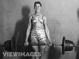 Woman_lifting_weights_abs