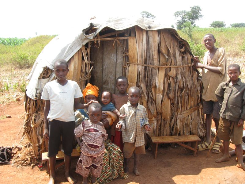 Tiny_house_mom_kids_rwanda